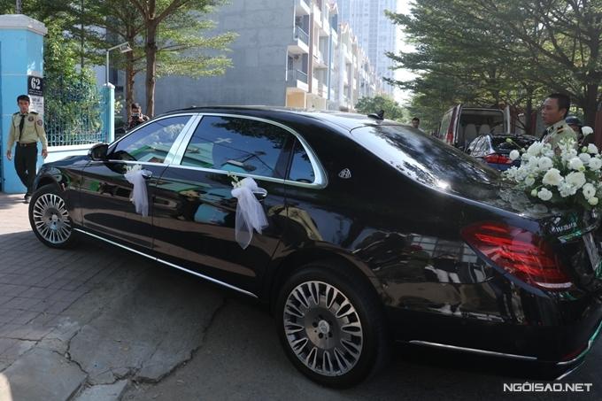 Khoảng 9h kém, xe rước dâu của ca sĩ Bảo Thy và ông xã di chuyển đến nhà thờ tọa lạc ở quận 7, TP HCM.