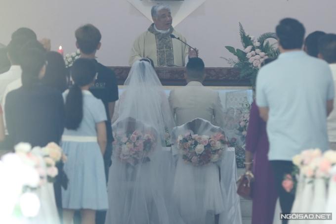 Tại nhà thờ, Cha xứ ban phép lành và chúc phúc cho cặp đôi.