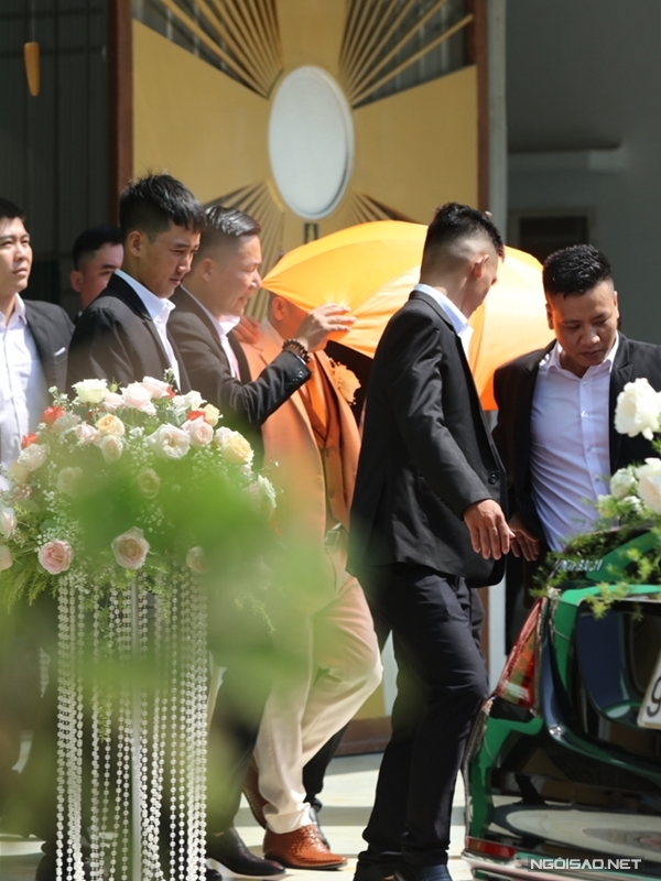 Khoảng 10h15, sau phần làm lễ ở nhà thờ, đại gia Phan Lĩnh (vest trắng) được