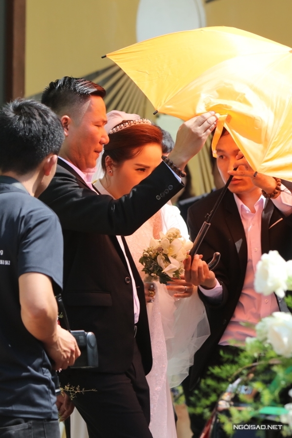 Bảo Thy cũng diện áo dài màu trắng, đội vương miện trong buổi sáng làm lễ.