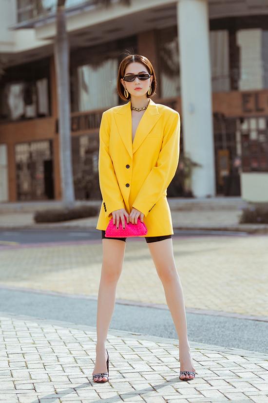 Xu hướng color up được các fashionista thế giới lăng xê nhiệt tình cũng được Ngọc Trinh thể nghiệm trong bộ ảnh street style.
