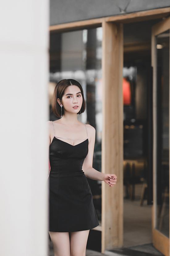Theo đuổi nhiều phong cách thời trang thịnh hành, nhưng Ngọc Trinh vẫn chuộng các mẫu váy ôm sát eo, đầm hai dây, váy ngắn khéo khoe hình thể và giúp cô xinh xắn như búp bê.