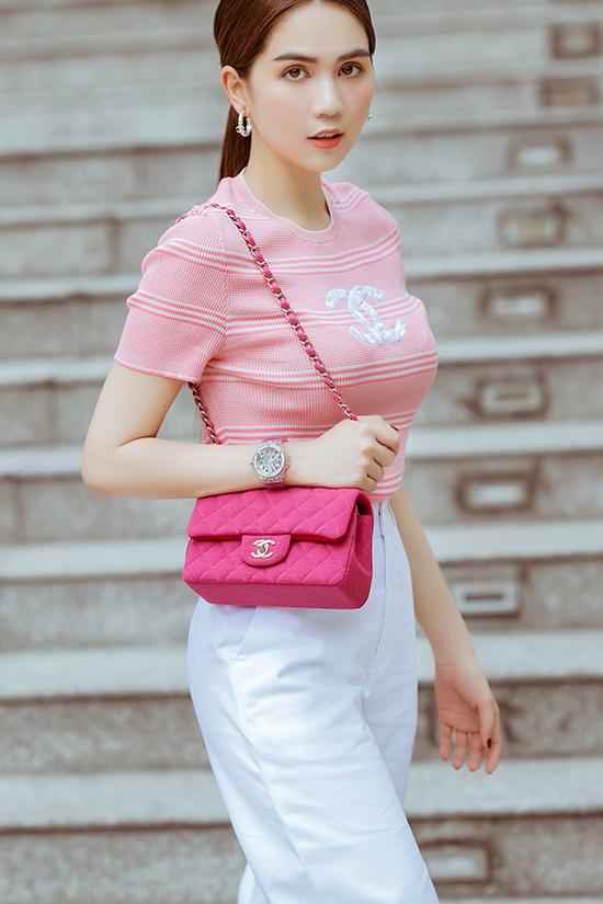 Sắc hồng ngọt ngào và đậm chất nữ tính tiếp tục được Ngọc Trinh sử dụng trên set đồ gồm áo, túi classic Chanel và quần trắng ống suông.