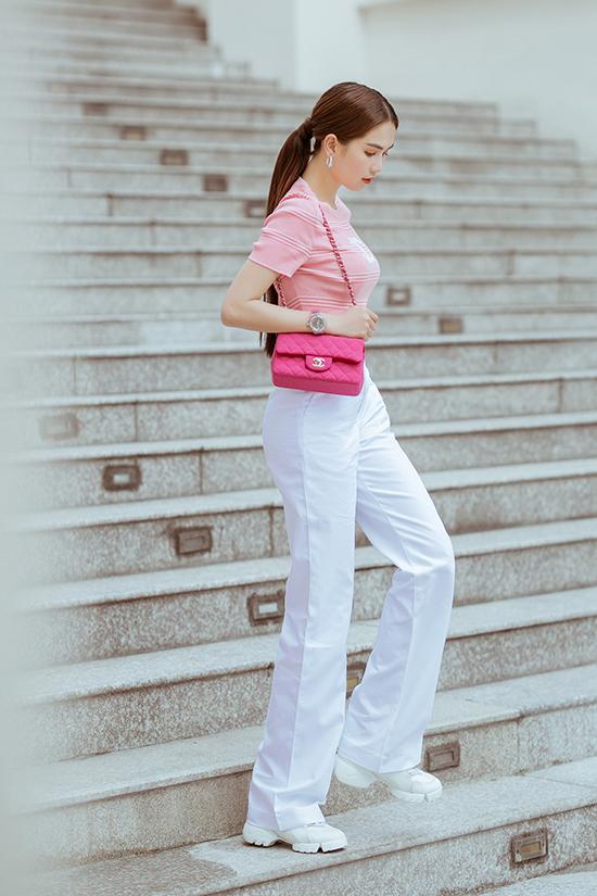 Mẫu quần tôn dáng được Nữ hoàng nội y mix cùng giầy sneaker tiệp sắc màu để mang tới sự khoẻ khoắn và trẻ trung.