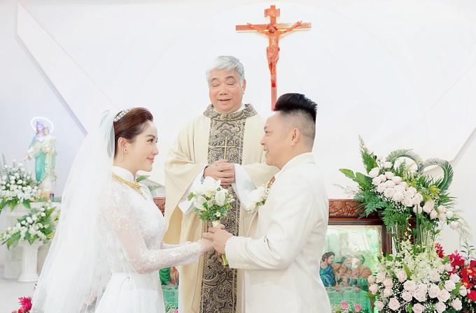 Bảo Thy và doanh nhân Phan Lĩnh làm lễ cưới ở nhà thờ, sáng 15/11. Ảnh: Huy Bình