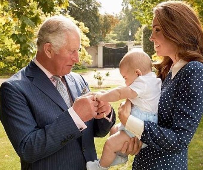 Thái tử Charles, Nữ công tước xứ Cambridge và Hoàng tử Louis trong sinh nhật lần thứ 70 của Charles năm 2018. Ảnh: Instagram.