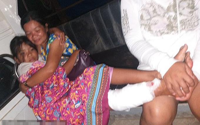 Bé Haina trong vòng tay mẹ sau khi bị cá sấu cắn ở Palawan, Philippines hôm 8/11. Ảnh: Viral Press.