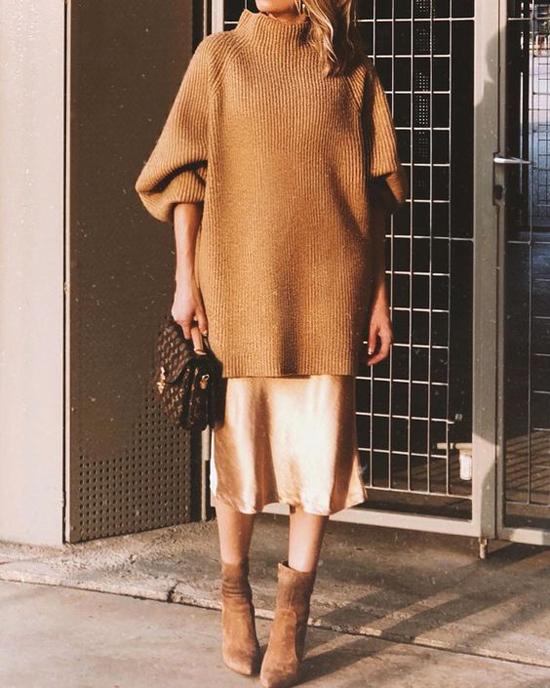 Phối chân váy lụa mềm, lụa satin cùng áo len dáng rộng là xu hướng được phái đẹp yêu thích ở mùa thu đông 2019.