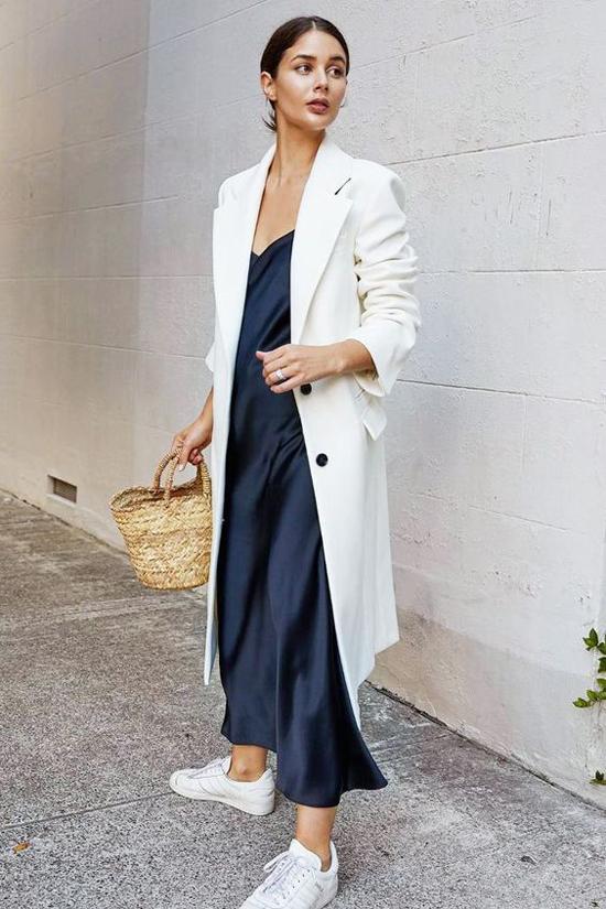 Nếu vẫn còn lưu luyến các mẫu slip dress của mùa hè thì các nàng có thể phối chúng cùng các kiểu blazer dáng rộng.