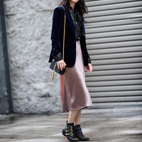 Trang phục cho các nàng mê nhung và lụa với sự kết hợp của áo khoác, áo blouse và chân váy midi.