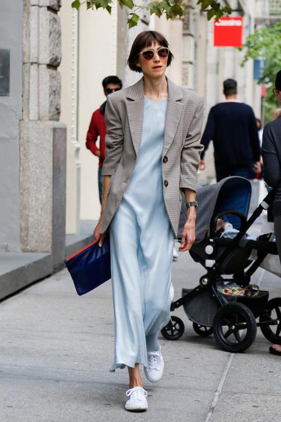 Set đồ vừa tôn nét mảnh mai, dịu dàng vừa tăng độ cá tính cho chị em công sở với cách mix váy dáng dài, áo blazer và giầy đế bệt.