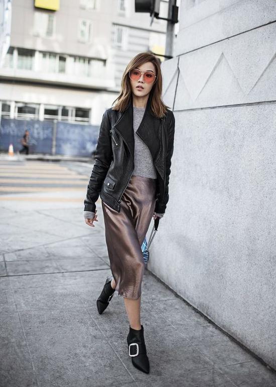 Ngoài cách mix chân váy lụa cùng áo len, áo nỉ, nhiều fashionista còn nhiệt tình lăng xê cách phối váy mỏng cùng áo khoác da.
