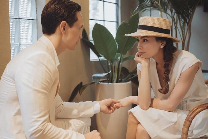 Bộ ảnh khai thác những cử chỉ, ánh mắt cặp đôi dành cho nhau.