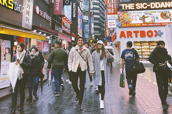 Vẫn là góc phố Myeongdong đó, vẫn đôi giày đó, vẫn cái mũ đóoo. Chỉ là có thêm bạn đồng hành mới này, Á hậu Phương Nga bình luận về bức ảnh tay trong tay bạn trai - diễn viễn Bình An - dạo phố Hàn Quốc.