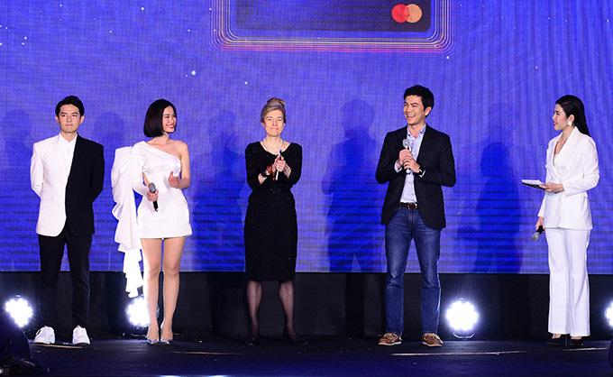 Đông Nhi - Ông Cao Thắng lên sân khấu giao lưu cùng ban tổ chức sự kiện và khán giả.