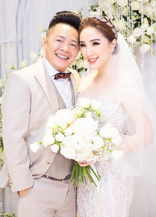 Tối 16/11, nữ ca sĩ Bảo Thy đã tổ chức đám cưới với doanh nhân Phan Lĩnh tại một khách sạn 6 sao ở TP HCM. Tại buổi tiệc, cô dâu đã diện 3 váy cưới đến từ NTK Chung Thanh Phong.