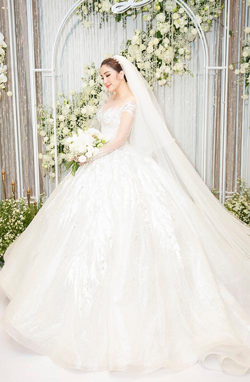 Họa tiết của đầm cưới chính vẫn là ren nhưng được khai thác từ vẻ đẹp của những nhành cây mùa đông,