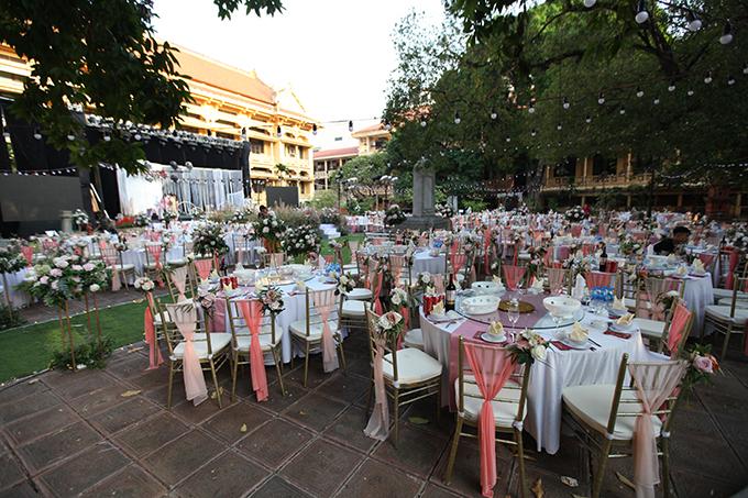 Vì số lượng khách mời phát sinh nên cô dâu đã phải nhờ nhà hàng kê thêm 5-6 bàn tiệc dự phòng cho 600 khách mời.