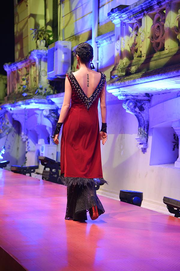 Những đường cắt cúp táo bạo được khai thác trên tà áo dài truyền thống của phụ nữ Việt.
