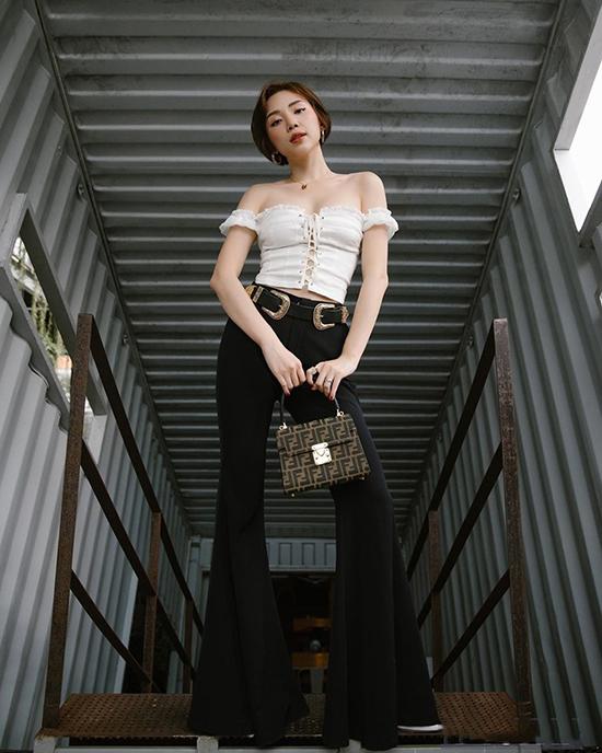 Tóc Tiên giúp mình trở nên thanh mảnh và cao ráo hơn khi sử dụng áo corset phối cùng quần ống loe.