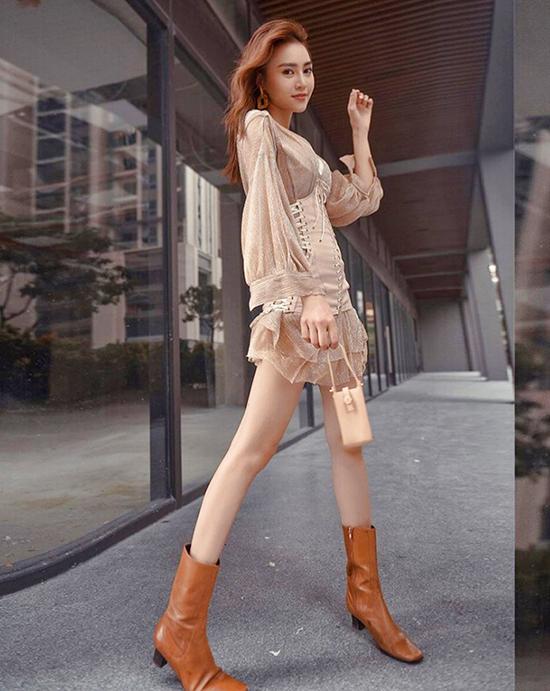 Song song với các kiểu áo hở eo, váy ôm body cũng được Lan Ngọc và nhiều ca sĩ yêu thích ở mùa này.