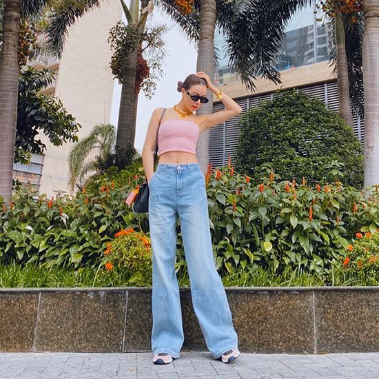 Những mẫu quần jeans cổ điển cũng được Trà Ngọc Hằng lựa chọn và mix-match cùng nhiều mẫu đồ street style.
