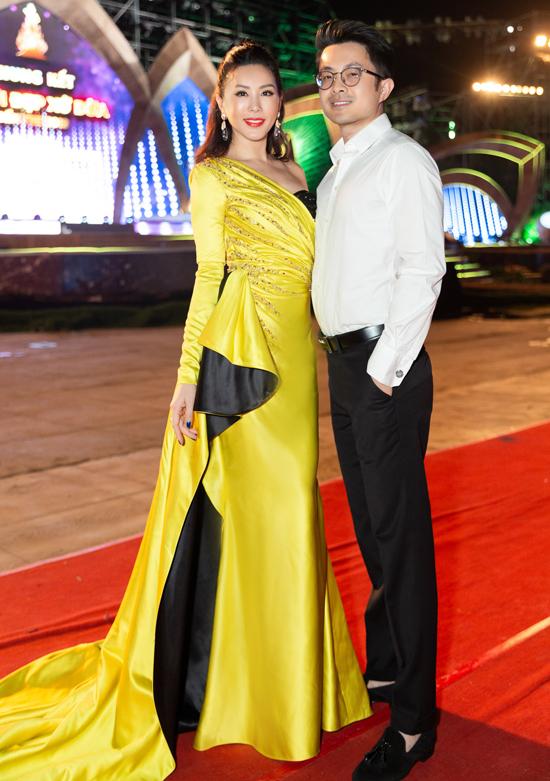 Hoa hậu Phu nhân Thu Hoài được bạn trai kém tuổi tháp tùng về Bến Tre làm giám khảo.