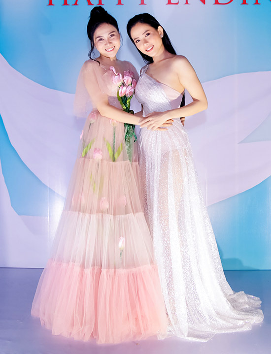 Diễn viên Thuỳ Dương khoe vai trần với váy lệch vai, xuyên thấu.