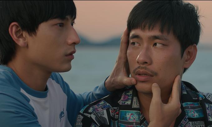Kiều Minh Tuấn trong một cảnh xúc động với Isaac.