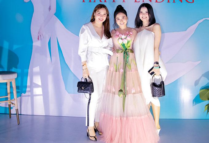 Hoa hậu Đông Nam Á Diệu Hân (trái) và em gái - Á hậu Đại dương Diệu Thuỳ (phải) đến chung vui với Nhất Hương.