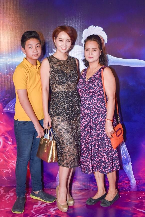 Diễn viên - doanh nhân Mai Thu Huyền đưa mẹ và con trai đi xem phim.