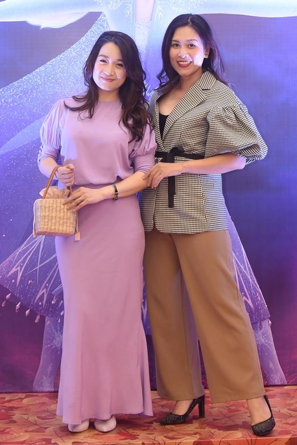 Thương và Nguyệt (diễn viên Hà Hương - phải) của phim Phía trước là bầu trời vui vẻ tái ngộ ở sự kiện.