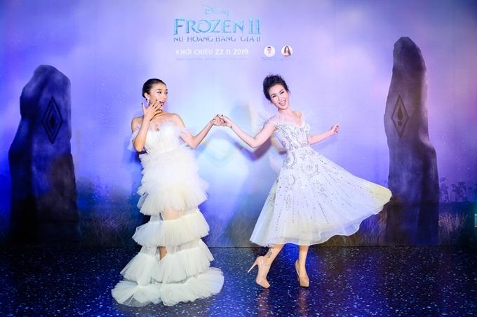 Bộ đôi ca sĩ Tiêu Châu Như Quỳnh (trái) và Võ Hạ Trâm tạo dáng nhí nhảnh tại sự kiện. Với Frozen 2, Võ Hạ Trâm trở lại thể hiện giọng thoại và giọng hát của cô em Anna, Tiêu Châu Như Quỳnh lần đầu thử sức lồng tiếng với nữ chính Elsa.