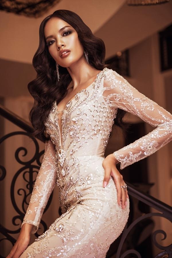 Lê Hoàng Phương được nhận xét sở hữu hình thể, nhan sắc phù hợp Miss Universe. Cô quê Khánh Hòa, 24 tuổi và cao 1,77m.