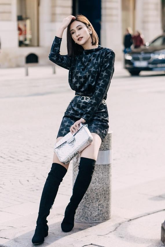 Để phong cách street style thêm cuốn hút, người đẹp bổ sung boots cao cổ và túi xách màu bạc từ thương hiệu Fendi.