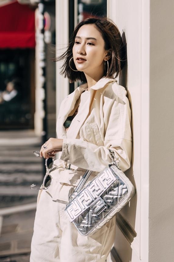 Á hậu tiếp tục sử dụng túi xách Fendi làm điểm nhấn cho set đồ theo phong cách chiến binh.