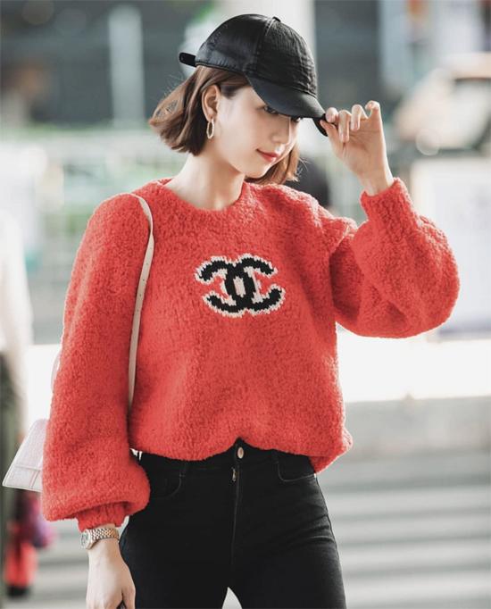 Cùng với mũ bucket, nhiều kiểu mũ lưỡi trai đơn giản, tông đen cũng được nữ hoàng nội y chọn để mix đồ ra sân bay, đi dạo phố.