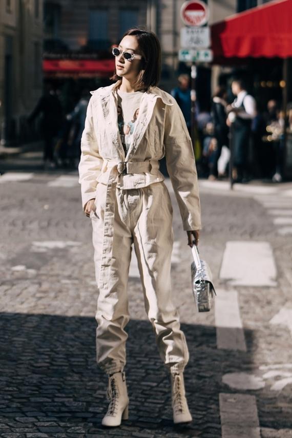 Mỹ nhân gốc Huế khoe nét cá tính khi sải bước trên đường phố Paris.