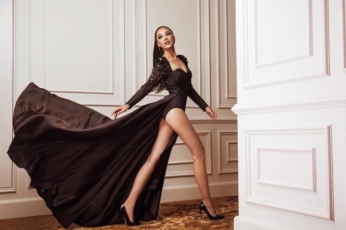 Chiếc váy của nhà thiết kế Tuấn Trần tôn chân dài của thí sinh Nguyễn Huỳnh Kim Duyên.