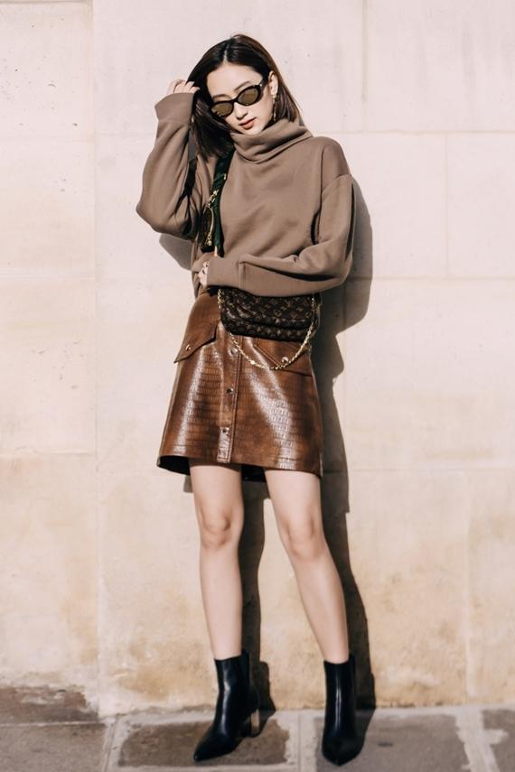 Chân dài 27 tuổi phối túi xách màu nâu của nhà mốt Celine với set đồ tông đen cá tính.