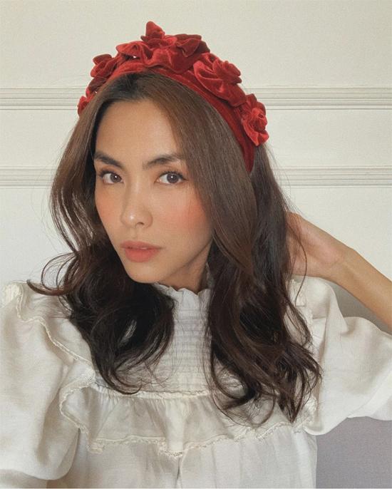 Chọn bờm cài đầu thiết kế bằng vải nhung để làm đẹp, Tăng Thanh Hà được khán giả hâm mộ khen ngợi hết lời.