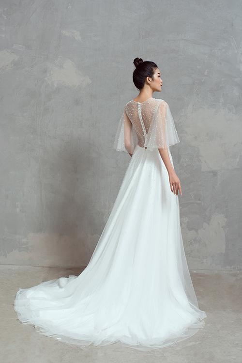 NTK sinh năm 1992 tạo mặt lưng váy xuyên thấu từ voan mỏng, đính kết hạt giúp tôn vẻ đẹp quyến rũ nơi tấm lưng thon của tân nương.