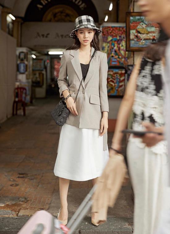 Jolie Nguyễn chọn phong cách cổ điển nhẹ nhàng khi xuống phố. Mũ kẻ sọc caro được người đẹp chọn lựa để hoàn thiện set đồ.