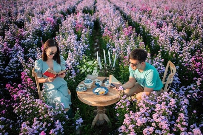 Giữa những luống hoa set up những bộ bàn trà kiểu Anh cho khách sống ảo.