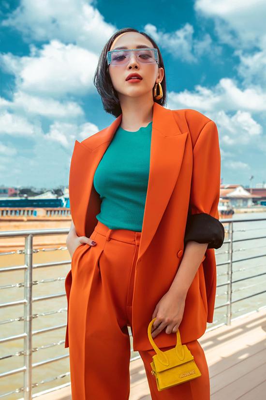 Ca sĩ Tóc Tiên chọn trang phục màu nóng để giúp mình nổi bật khi xuống phố.