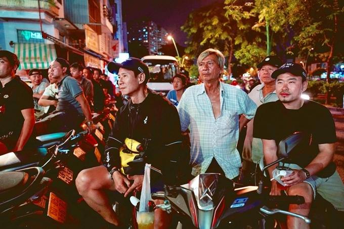 Lý Hải và êkíp phim Lật mặt ngừng quay để ủng hộ Việt Nam. Anh thẫn thờ lúc trọng tài từ chối bàn thắng của đội nhà.