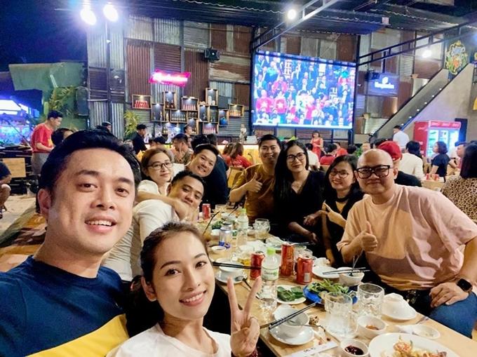 Vợ chồng Dương Khắc Linh - Sara Lưu không xem bóng ở nhà mà ra quán ăn để chung vui cùng bạn bè.