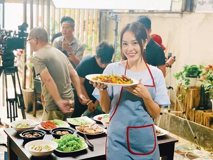 Dương Cẩm Lynh tiếp sức cho các cầu thủ từ trường quay Tiệm ăn dì ghẻ tại Ninh Bình. Cô nói đùa rằng hôm nay tiệm ngừng phục vụ món lẩu Thái nhưng các món truyền thống Việt Nam vẫn sẵn sàng.