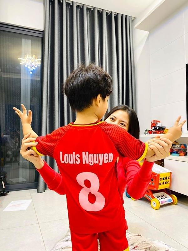Bé Louis, con trai Ngọc Lan, dự đoán tỷ số Việt Nam - Thái Lan là 5-2. Nữ diễn viên sắm riêng cho con chiếc áo in tên bé để mặc những lần đi bão.