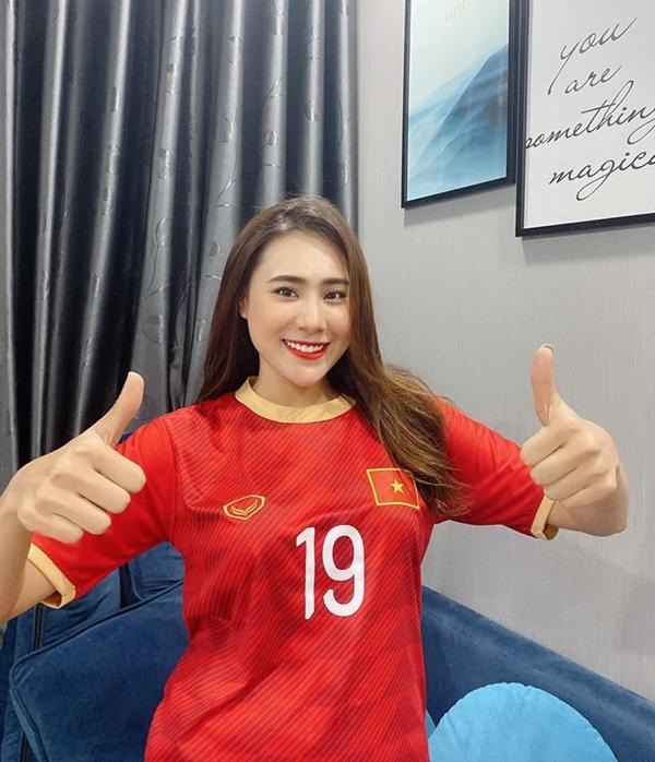 20h trận đấu mới bắt đầu nhưng Hồ Bích Trâm mặc áo đội tuyển Việt Nam từ sớm để chuẩn bị tinh thần ăn mừng chiến thắng. Cô tiếc nuối với tỷ số hòa 0-0 nhưng hài lòng với lối chơi xuất sắc của thủ thành Văn Lâm.